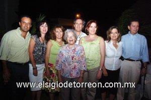16092007 Señora Bertha Hernández de Natera con sus hijos Roberto, Gabriela, Claudia, Susana y Marcelo Natera y sus hijos políticos Lety y Raúl.