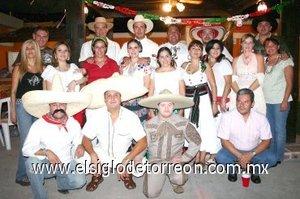 17092007 Rosy de García acompañada de sus amigos, en su fiesta mexicana de cumpleaños.