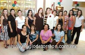 25092007 Alejandra de la Torre acompañada de algunas de las asistentes a su despedida de soltera.