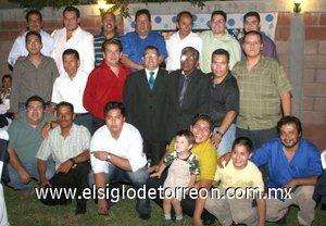 25092007 Salvador Campos Valles durante su fiesta de cumpleaños, acompañado por algunos de sus familiares y amigos.