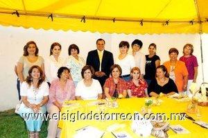 28092007 Integrantes del Club Margarita, acompañadas del conferenciante Ricardo Soriano.