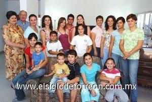 28092007 Astrid Izaguirre celebró en compañía de sus familiares.