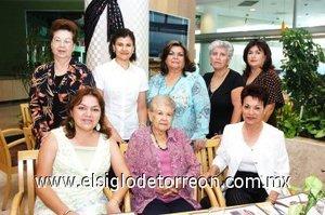 30092007 Haydeé de Galindo y Lety de Ibáñez festejaron sus cumpleaños, acompañadas de Alma Sánchez, Silvia Duarte, Gaby Ríos, Cecy González, Hilda González y Ángeles de Santiago.