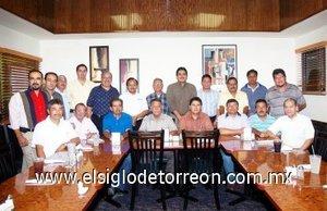 30092007 Reunión de la Unión de Varones de la Primera Iglesia Bautista de Torreón, en su celebración del Día del Pastor junto a su pastor Francisco Castillo Carlos.