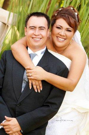 Ing. Nelly Catalina Torres Tagle y C.P. Luis Alberto de la Cruz López unieron sus vidas en sagrado matrimonio en la capilla de Casa Cristiandad, el sábado cuatro de agosto de 2007.  <p> <i>Estudio Carlos Maqueda.</i>