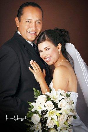 Lic. Jesús Alejandro Sandoval Sotelo y Lic. María Guadalupe Vera González unieron su vida en sagrado matrimonio en la parroquia de San Isidro Labrador, el sábado 25 de agosto de 2007.  <p> <i>Estudio Laura Grageda.</i>