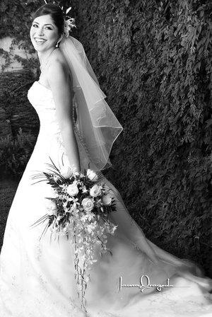 L.C.I. Beatriz Adriana Rodríguez Cervantes, el día de su boda con el L.S.C.A. José Alfredo Quintero. <p> <i>Estudio Laura Grageda.</i>