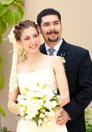 Srita. Ana Cristina de la Peña Morales y Sr. Isaías Millán Simental contrajeron matrimonio en la parroquia de San Pedro Apóstol, el sábado 21 de julio de 2007.  <p> <i>Carlos Maqueda.</i>