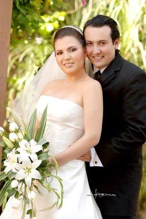 M.A.E. Braulio Antonio Cázares Fernández y la Srita. Jenny Barbosa de Lara contrajeron matrimonio en la parroquia de Nuestra Señora de la Encarnación, el sábado 18 de agosto de 2007.  <p> <i>Carlos Maqueda.</i>