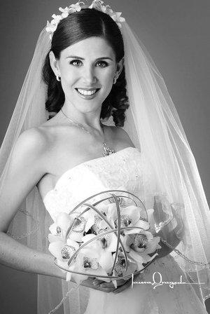 Srita. Lillián de León Hernández, el día de su boda con el Sr. Armando Aguilar Ramos. <p> <i>Estudio Laura Grageda.</i>