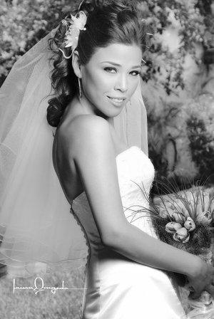 Srita. Miriam Alejandra Valencia Soto, el día de su boda con el Sr. Simone Sandrini. <p> <i>Estudio Laura Grageda.</i>