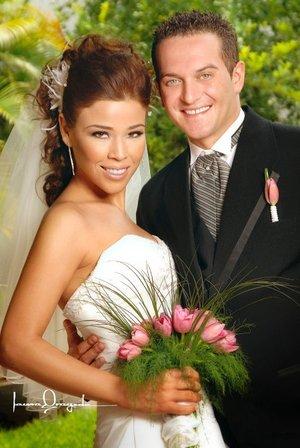 Sr. Simone Sandrini y Srita. Miriam Alejandra Valencia Soto unieron su vida en matrimonio en el altar de la parroquia de La Sagrada Familia, el sábado 21 de julio de 2007.  <p> <i>Estudio Laura Grageda.</i>