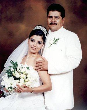 C.P. Hugo Alberto Salazar Perales y C.P. Nancy Patricia Terrones Castillo contrajeron nupcias en la Catedral de Nuestra Señora del Carmen, el sábado  8 de julio de 2007.  <p> <i>Estudio Ángel.</i>