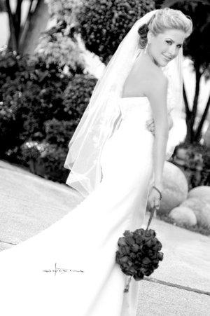 Srita. Daniela Bo Romo Castañeda unió su vida en sagrado matrimonio a la del Sr. Samuel P. DeWeese. <p> <i>Estudio Carlos Maqueda.</i>