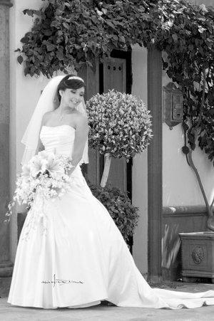 Srita. Gabriela Gutiérrez Frayre, el día de su boda con el Sr. Jorge Alberto Morales Flores. <p> <i>Estudio Carlos Maqueda.</i>