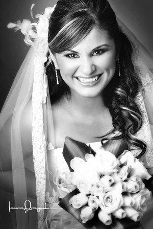 Srita. Marisol Barrientos Rodríguez, el día de su boda con el Sr. Juan Daniel González Zataráin.-  <p> <i>Estudio Laura Grageda.</i>