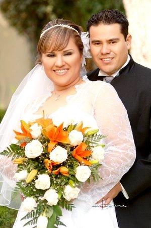 Sr. Gerardo Escobedo Sifuentes y Srita. Nancy Canales Delgado recibieron la bendición nupcial en la parroquia Los Ángeles, el sábado 15 de septiembre de 2007.  <p> <i>Estudio Carlos Maqueda.</i>