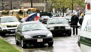 Camiones escolares y vehículos de emergencia permanecieron a las afueras del Instituto de Cleveland, Ohio.