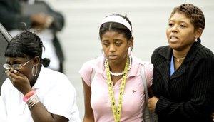 Los estudiantes, según las mismas fuentes, se protegieron de los disparos detrás de los muebles y por los suelos.