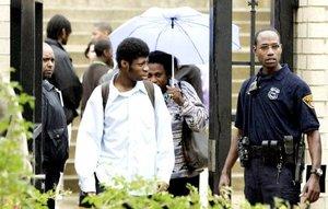 Estudiantes fueron evacuados por la autoridades tras el tiroteo que se presentó en el Instituto SuccesTech Academy de Cleveland, Ohio.