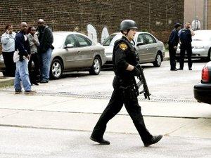 Miembros de la Policía permanecieron a las afueras del Instituto.