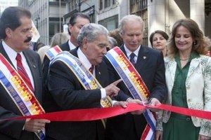 Arzú, alcalde de Ciudad de Guatemala, tuvo a su cargo el corte de cinta que dio inicio al evento, junto al congresista José Serrano, Gran Mariscal por Nueva York y el presidente del Desfile de la Hispanidad, Julio Barillas.