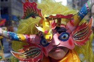 """Bolivia dijo presente con sus danzas de """"La Marinada"""", un baile en que los negros esclavos dedicaban a la Virgen de Socavón, virgen de los mineros y algunos lucieron máscaras que representan al """"metal diablo"""", el estaño."""
