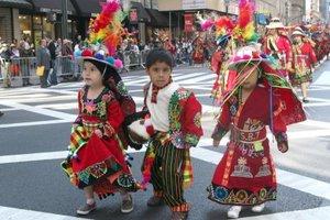 Llenos de orgullo desfilaron los representantes de todas las edades de los diversos países, el más numeroso y colorido el de Bolivia.