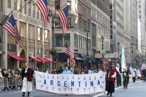 La delegación de Argentina con sus trajes típicos de gaucho y una imagen de la Virgen de Luján, patrona de ese país, desfiló encabezada por el cónsul Héctor Timmerman.