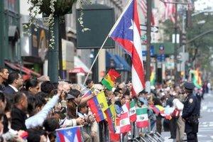 Miles de espectadores se agruparon para ver el desfile de la hispanidad, en Nueva York, EU., por la quinta avenida en Manhattan para presenciar el paso de las carrozas y los bailes típicos de los 21 paises iberoamericanos.