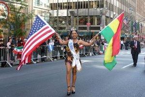 La famosa avenida neoyorquina se convirtió ayer en un arco iris con los coloridos vestidos típicos y banderas de los 21 países representados en el evento.