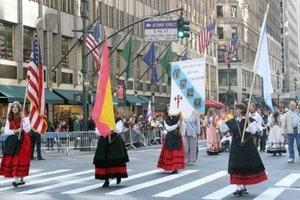 Las comunidades latinoamericanas en Nueva York desfilaron por la Quinta Avenida para conmemorar el Día de la Hispanidad y mostrar su herencia cultural.