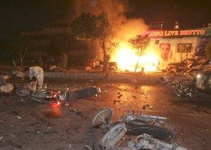 Varias motocicletas estaban de costado sobre el piso y las llamas ardían en el centro de la calle tras las explosiones.