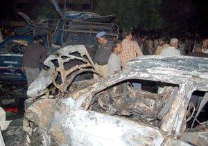 La explosión destruyó las ventanillas y parabrisas del vehículo que transportaba a Bhutto e incendió un auto de la escolta policial.