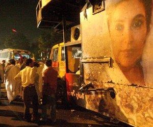 La llegada de Bhutto a Karachi, tras ocho años de exilio, fue acogida por más de 150 mil personas que la vitorearon.