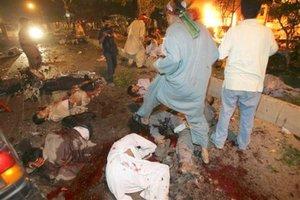 Imágenes del lugar mostraban cuerpos esparcidos por la carretera, algunos moviéndose y otros inertes.