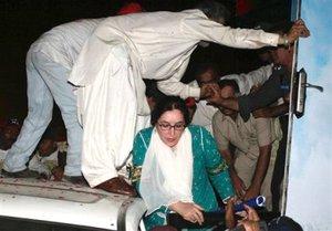 La ex primer ministra estaba de regreso a su país tras ocho años de exilio. Bhutto resultó ilesa.