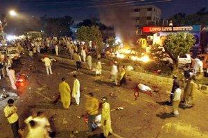 Una pequeña explosión inicial fue seguida por una enorme detonación a unos metros del camión que transportaba a Bhutto durante una procesión a través de Karachi.