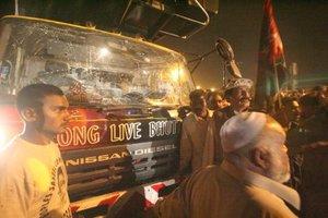 Al menos 139 personas murieron y unas 550 resultaron heridas  al estallar dos artefactos explosivos cerca del camión que transportaba a Benazir Bhutto, la ex primera ministra de Pakistán.