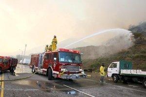 Las carreteras, canales y otras elevaciones que hasta ahora habían servido como barrera para otros incendios han sido superadas por las llamas