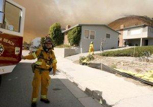 Al menos seis mil bomberos estaban combatiendo las llamaradas de 14 incendios.