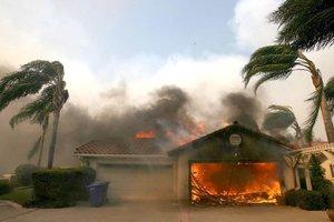 Más de un millar de casas han ardido, cuando se originó el fuego en Malibú, el barrio residencia de Los Ángeles, donde viven muchas de las celebridades de Hollywood.
