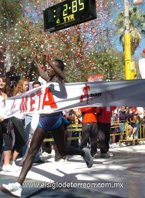 La keniana Ogla Kimaiyo se alzó como la gran figura en la competencia Elite, luego de dominar de principio a fin la carrera femenil.