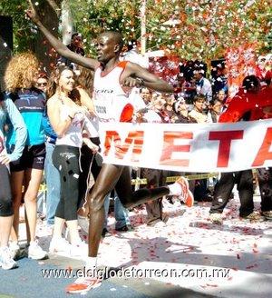 Con un registro de 28 minutos y 51 segundos, el keniano John Kiprotich ganó por segunda vez en forma consecutiva la 10-K Victoria.