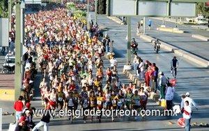 """La """"Marea Roja"""" partió puntual a las 8:00 horas de Ciudad Lerdo con un contingente de siete mil corredores, quienes le dieron gran realce a la quinta Carrera Atlética 10K Victoria."""