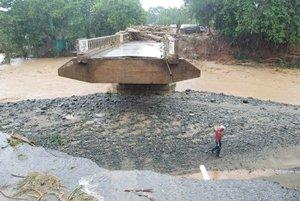 Los municipios de Cotuí y Fantino, en la provincia Sánchez Ramírez, se encuentran incomunicados tras la caída de ocho puentes.