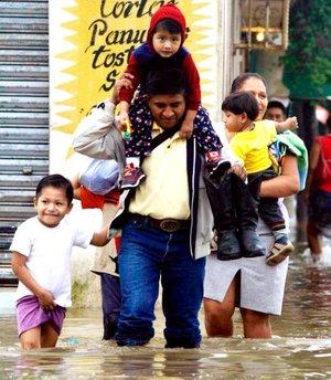 Tabasco no padecía una situación similar desde 1999 cuando un par de huracanes inundaron la mayor parte de Villahermosa.