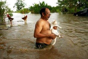Un hombre camina en una calle inundada de la ranchería de Tornolargo, en la Ciudad de Villahermosa.