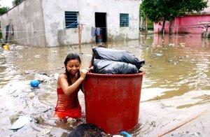 En las zonas que no han sido alcanzadas por el agua los comercios han cerrado, se han habilitado albergues improvisados, las calles lucen con poco tránsito y el agua sigue amenazando lo que queda de la capital.