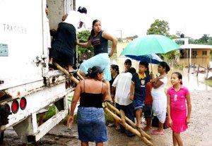 Habitantes de Villahermosa, desalojaron sus hogares tras el desbordamiento del río Carrizal.